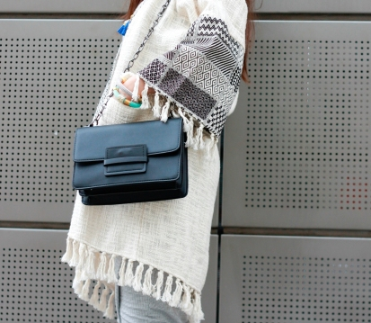 moda-style-telling-That-Brand-You-Should-Be-Making-a-Statement-With-featured-image-midi-dress-detail-bag